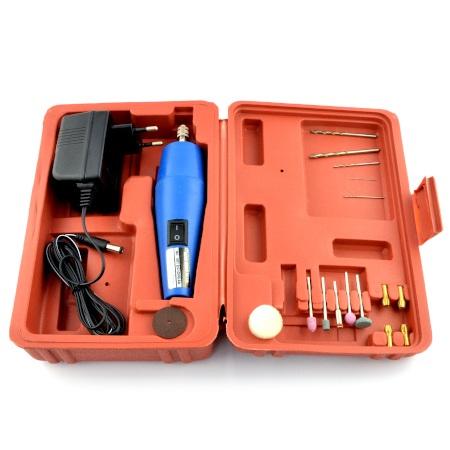 Zestaw zawiera dodatkowe akcesoria jak mini wiertła i końcówki do szlifowania.