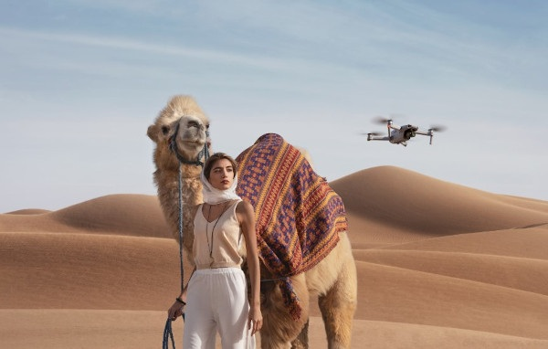Dron pozwala na wykonywanie profesjonalnych ujęć bez duże wiedzy w tym zakresie.