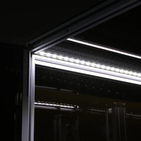 Obudowa wyposażona została w dodatkowe oświetlenie.