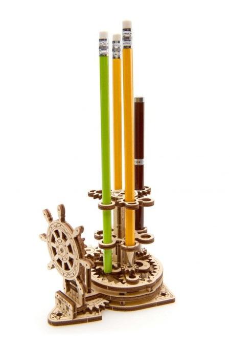 Wyposażony w koło sterowe, które wprawia w ruch poszczególne elementy konstrukcyjne.